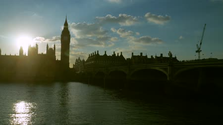 парламент : Static shot of the Houses of Parliament and Westminster Bridge at sunset. Taken in 4K on a September evening. Стоковые видеозаписи