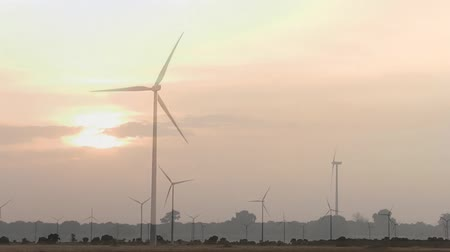 elektrownia wiatrowa : Compilation of various scenes of wind turbines in a loopable video Wideo