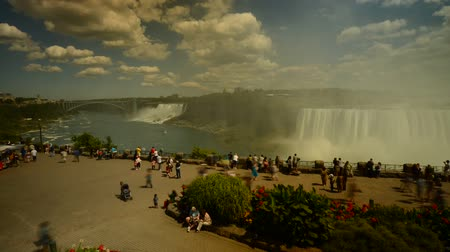 bílé mraky : Timelapse of tourist crowd at table rock on the Canadian side of Niagara Falls time lapse Dostupné videozáznamy