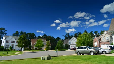 arrabaldes : Time lapse of idyllic suburbs with homes on a cul de sac and rolling cumulus clouds on a sunny day timelapse Vídeos