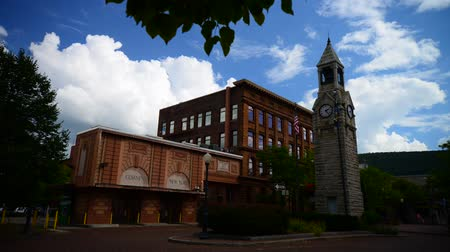 кирпич : Timelapse of town square in Corning NY with rolling clouds and blue sky