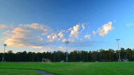 jogador de futebol : Time Lapse of Soccer Field in evening light with rolling clouds