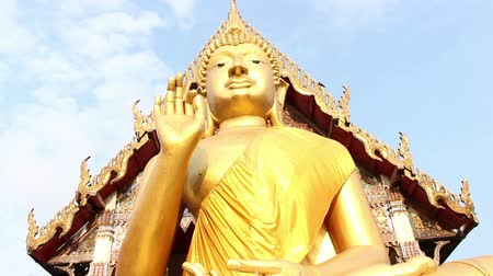 статуя : Giant Buddha, is a sacred right to be respected Стоковые видеозаписи
