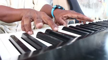 piyano : human hand playing Electric piano