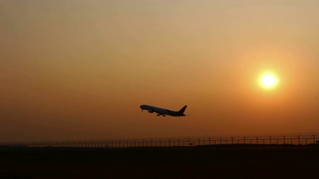 folga : silhouette Plane Takes Off At Sunrise Background
