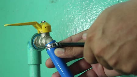 braçadeira : Remove the Hose Clamp from Faucet Vídeos