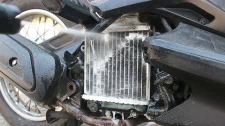 alumínium : cleaning radiator of motorcycle