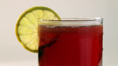 karbonatlı : Red Carbonated Drink In Glass With Lemon Stok Video