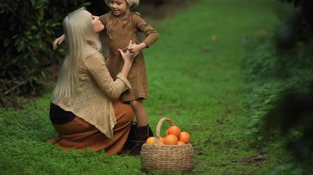 собирают : Enjoying a baby daughter with a wicker basket of oranges. Healthy and dietary lifestyle. full hd