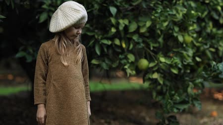 фермеры : sad girl in citrus grove, sad girl in citrus grove