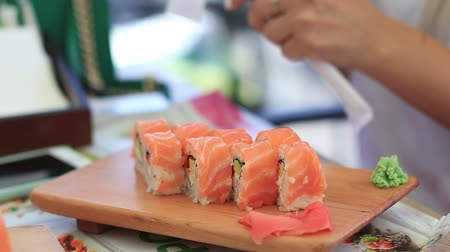 preparado : Rollo de sushi de carne y sushi de salmón, Dolly Shot Archivo de Video