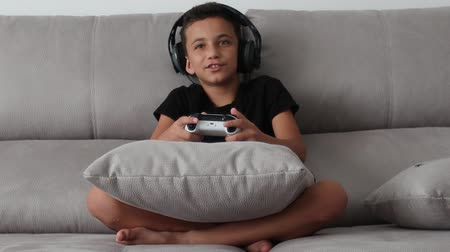 контроллер : Boy Playing Game Joystick Video Online Game Console Стоковые видеозаписи