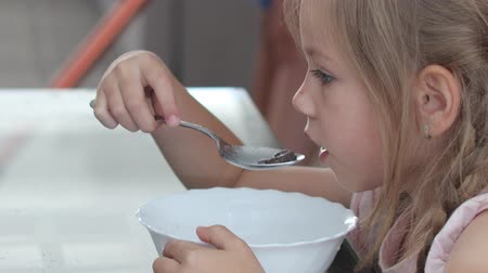 crocante : girl eats chocolate cereal with milk Vídeos