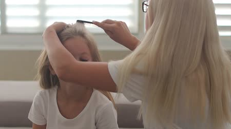 grzebień : mom combing daughter in the morning Wideo