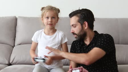 dad and daughter play video games Stok Video