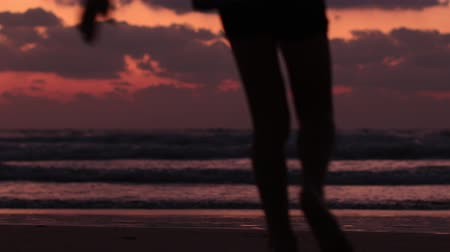 silhouettes of children run holding hands along the sea Stok Video