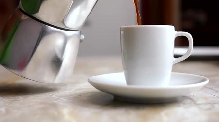 kawa filiżanka : Pouring coffee a white cup