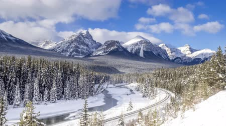 montanhas rochosas : Time lapse of scenic Morants Curve in winter Banff National Park Alberta Canada in January. Clip has a train running down the tracks.