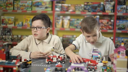 летчик : Two creative boys build from the cubes of the designer various objects