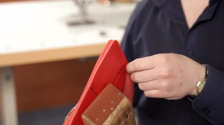 çivit : Man with his hands makes a leather wallet. A man of leather stitching wallet-leather product