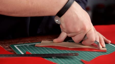 etli : Craftsman with an industrial knife and ruler cut blank skin of leather cloth Stok Video