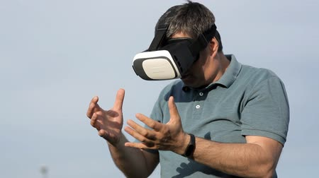 визуализация : A man wears a helmet of virtual reality.View images, video games.The world of virtual reality