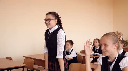 elsődleges : girl in school uniform in class rises that would answer