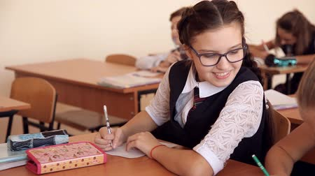 старшей школе : the girl withdraws on the lesson