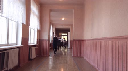 elsődleges : A group of children running along the corridor in the school Stock mozgókép