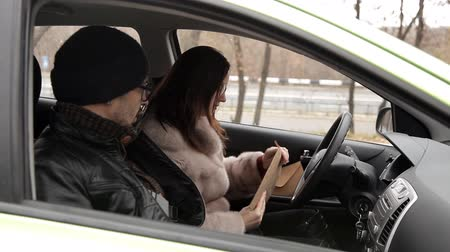 vigilância : A private detective sat in the car to the woman and gives her information about the investigation of her husband, a woman in response sends an envelope with money