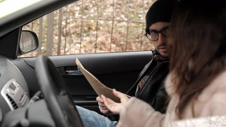 delil : A private detective sat in the car to the woman and gives her information about the investigation of her husband, a woman in response sends an envelope with money