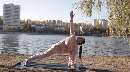 Çapraz kollar : girl doing yoga in the Park on a background of the river