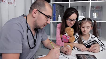 prescrição : After examining the child