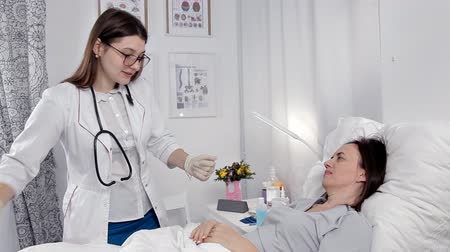 tedavi : The doctor examines the patient stomach