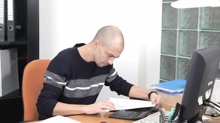 tvořit : a man working in the office in the workplace. too much work Dostupné videozáznamy
