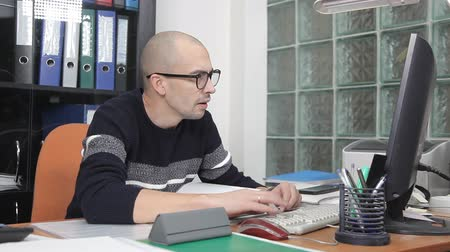 fazla : a man working in the office in the workplace. too much work Stok Video