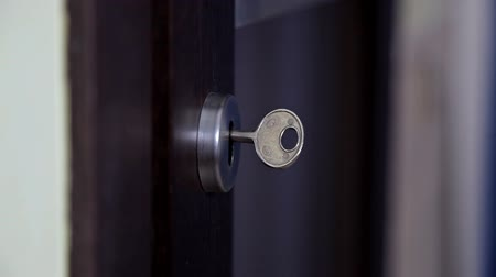 fidedigno : The girl opens and closes the door to the apartment. The person using the key and locking the door of the apartment Stock Footage