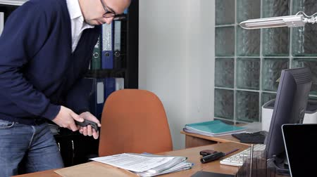 гангстер : spy on the phone taking pictures of secret files in the office
