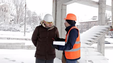 прораб : The customer, a business man, discusses the construction of his new shopping center with the architect and engineer. Plan, work