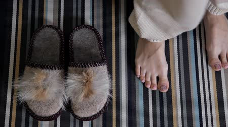тапочка : Slippers on the carpet. The girl puts on home shoes. Comfort, warm