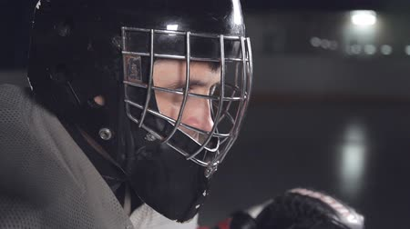 вратарь : close up. hockey goalie getting ready for the game. winks at the camera Стоковые видеозаписи