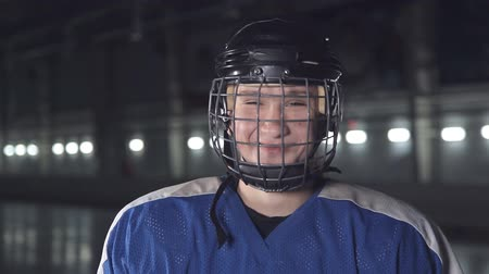 kask : CU Portrait of Caucasian male ice hockey player in blue uniform, looking into the camera Stok Video