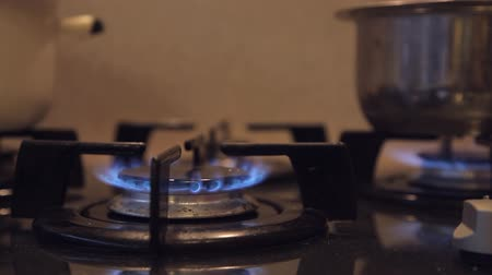 тусклый : in a dirty budget kitchen with a dim light on the gas stove