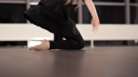 flexibilidade : Amazing emotional dancing performance of graceful girl. She is moving her body. She is doing jumps, spins and turnovers on a floor Stock Footage