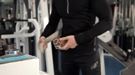ağır çekimli : Man fastening his protection belt to lift heavy weights in the gym