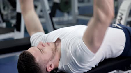 construção muscular : Man Lying On Bench Press While Exercising With Dumbbell Vídeos