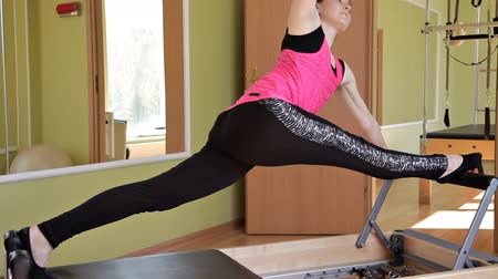 flexibilidade : Pilates reformer workout exercises woman in the gym . Stretching, sports