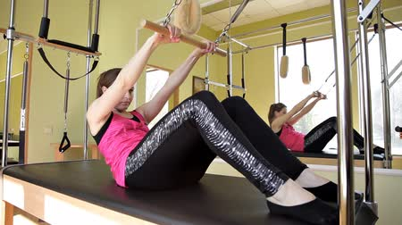 flexibilidade : Pilates reformer workout exercises woman in the gym . Stretching, sports. Stock Footage