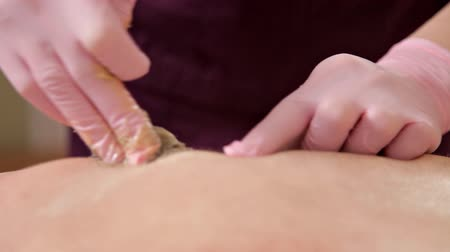 ワックス : The young man removes the hair on the back of his head in a beauty salon. Epilation