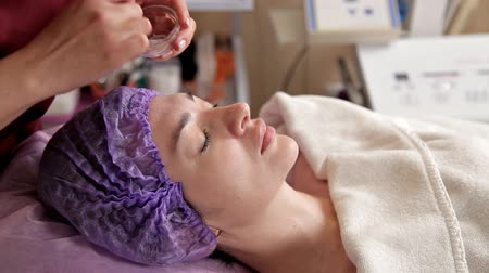 mezoterapia : Anti-aging products for the face. The model receives a lifting massage at the Spa beauty salon. Exfoliation, rejuvenation and model, and the doctor. Cosmetology. Peeling
